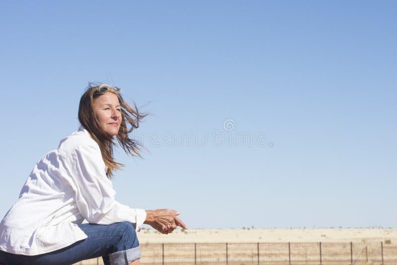 Mujer pensativa en el campo rural al aire libre fotos de archivo