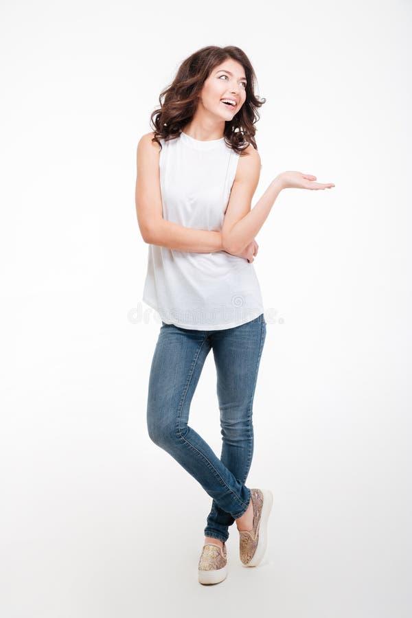 Mujer pensativa feliz que lleva a cabo el copyspace en la palma fotografía de archivo