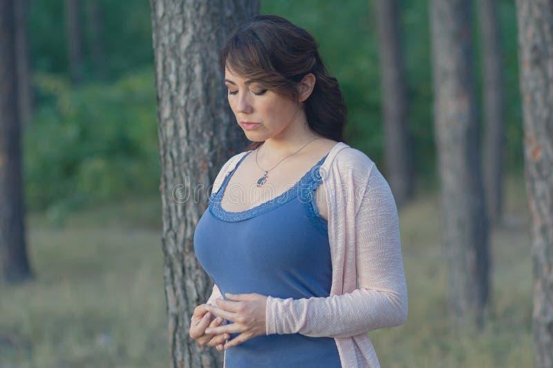 Mujer pensativa hermosa en el parque imágenes de archivo libres de regalías