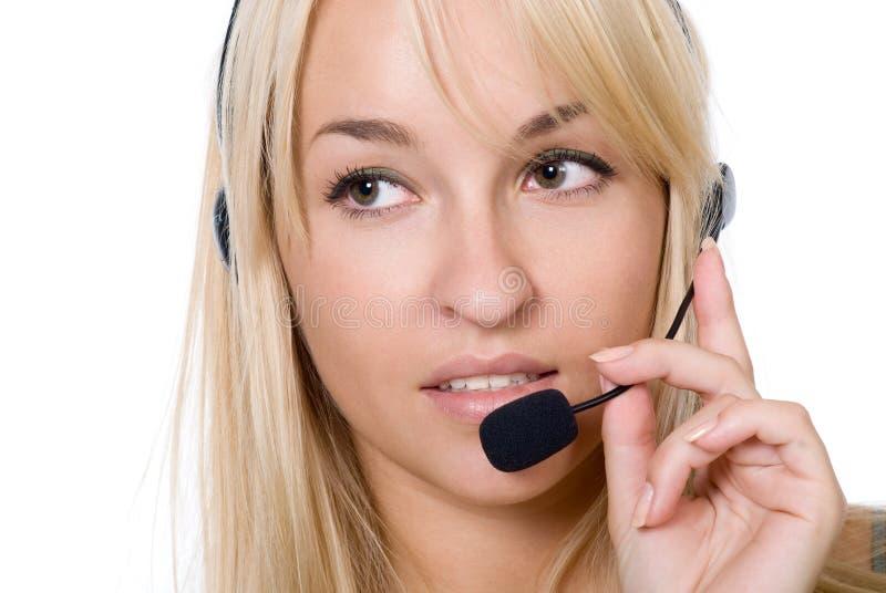 Mujer pensativa joven hermosa con los auriculares fotografía de archivo libre de regalías