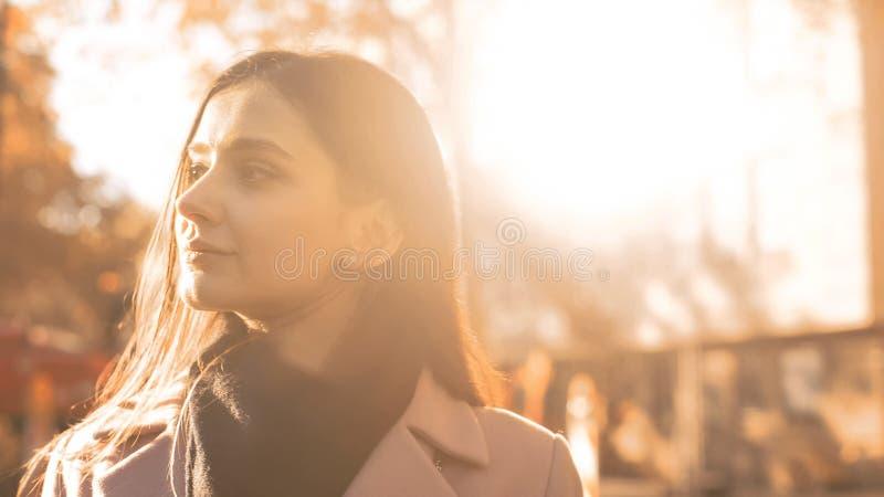 Mujer pensativa que camina en el parque hermoso del otoño, 'promenade' recreativa del día fotografía de archivo