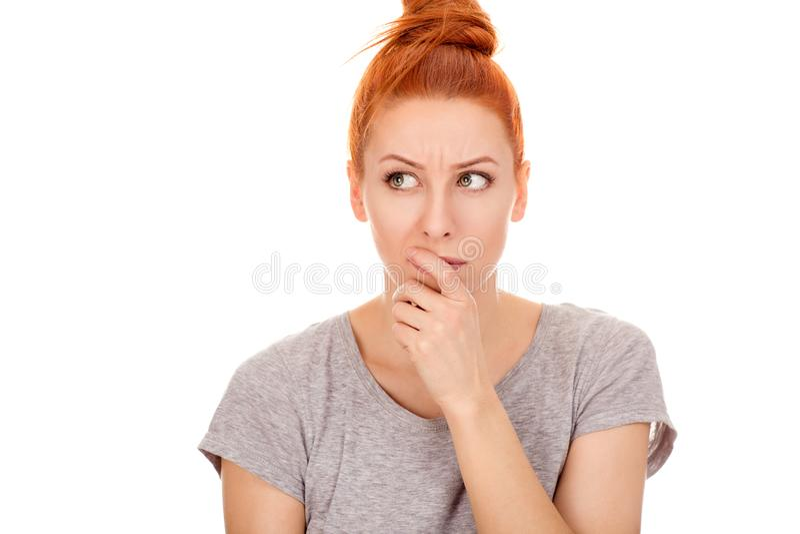 Mujer pensativa y escéptica hermosa en su 30s que mira para echar a un lado fotos de archivo libres de regalías