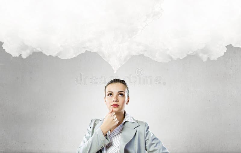 Mujer pensativa y sus pensamientos fotos de archivo