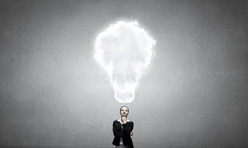 Mujer pensativa y sus pensamientos fotografía de archivo libre de regalías