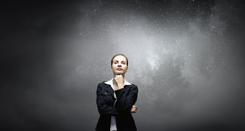 Mujer pensativa y sus pensamientos imagen de archivo libre de regalías