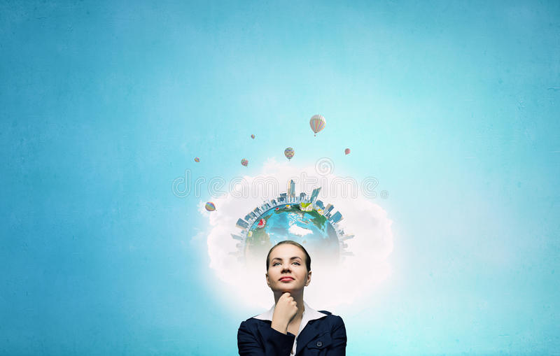 Mujer pensativa y sus pensamientos imagen de archivo