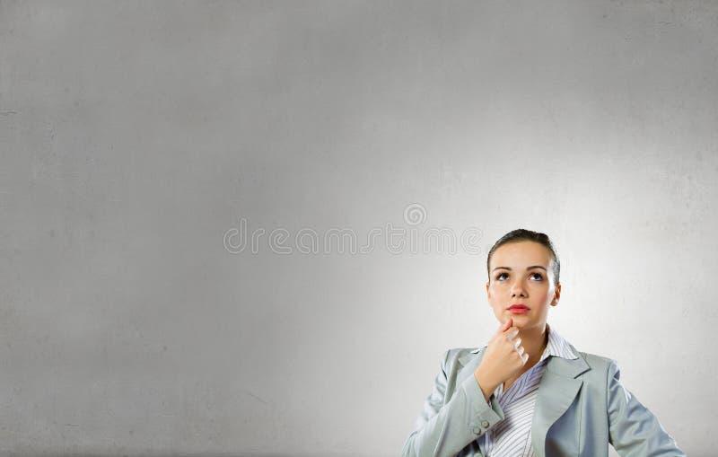 Mujer pensativa y sus pensamientos foto de archivo libre de regalías