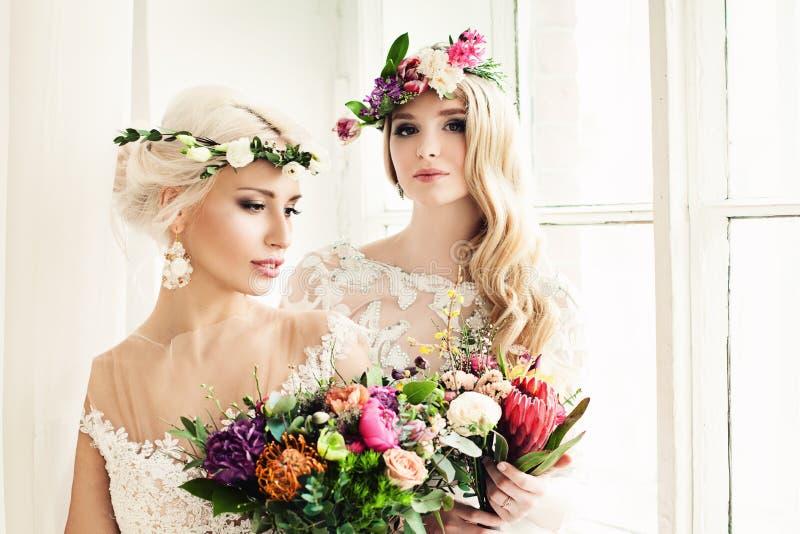 Mujer perfecta de la novia con la guirnalda colorida de la flor imagenes de archivo