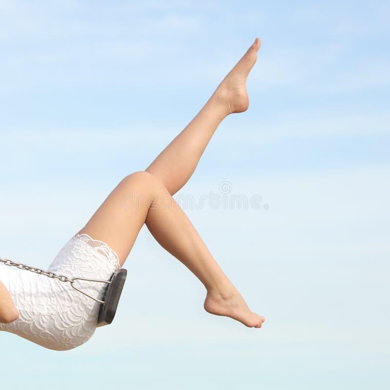 Mujer perfecta que encera el balanceo de las piernas del retiro del pelo foto de archivo libre de regalías