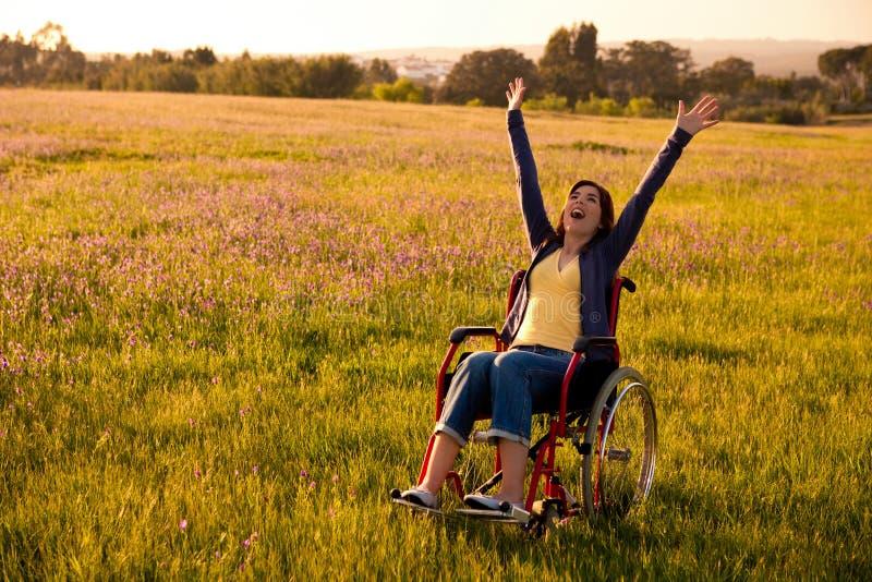Mujer perjudicada en el sillón de ruedas foto de archivo libre de regalías