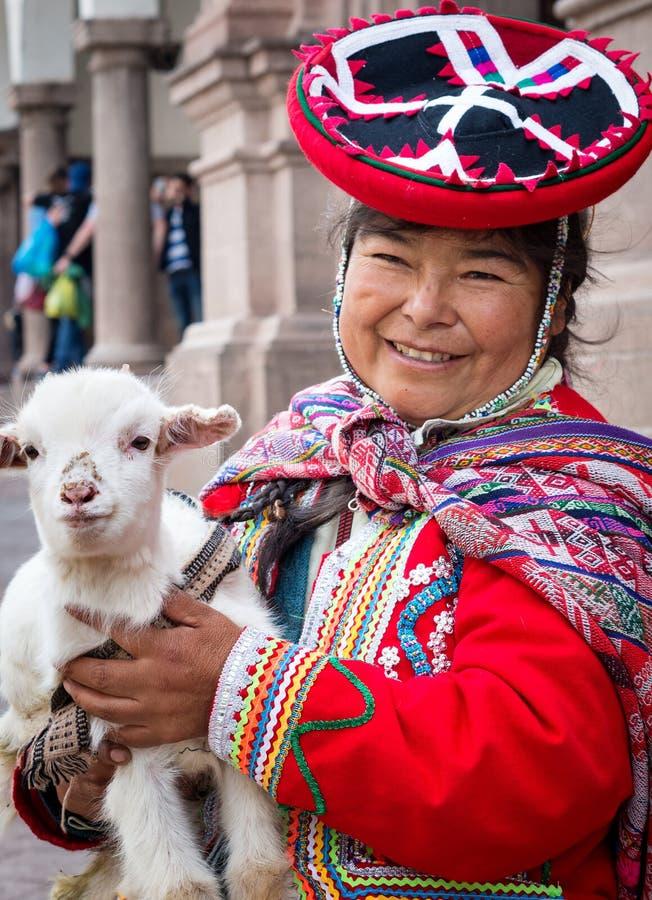 Mujer peruana en vestidos tradicionales fotos de archivo
