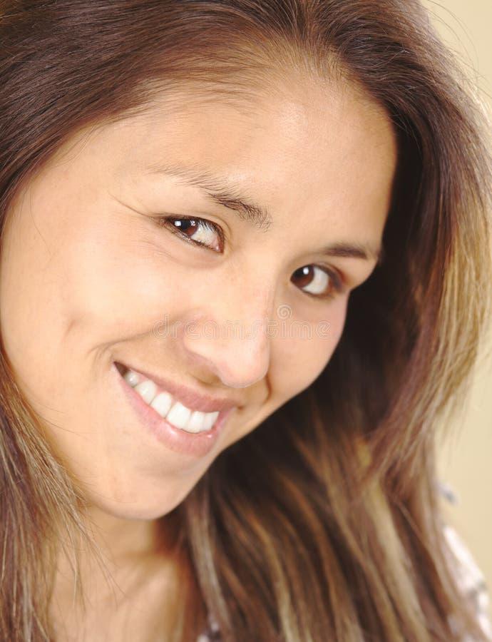 Mujer peruana joven hermosa sonriente imagen de archivo libre de regalías