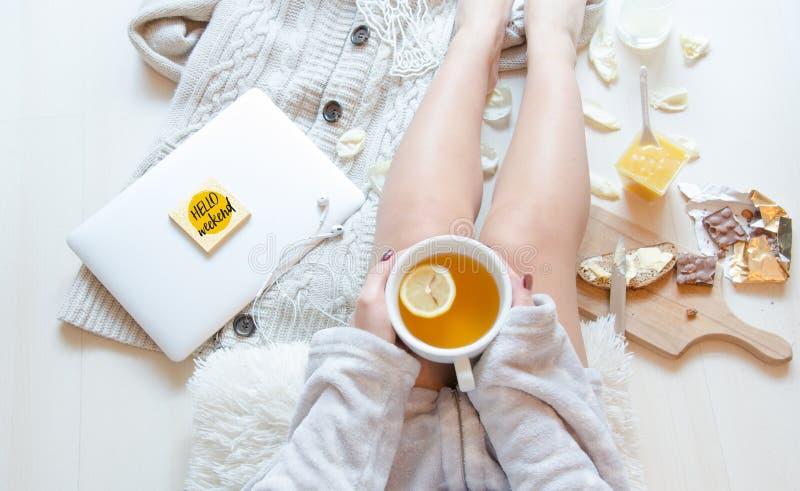 Mujer plana de la endecha en pijamas con la taza de infusión de hierbas Desayuno romántico de la mañana imágenes de archivo libres de regalías
