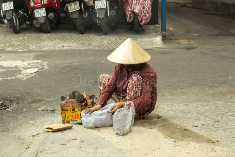 Mujer pobre en Ho Chi Minh, Vietnam foto de archivo libre de regalías