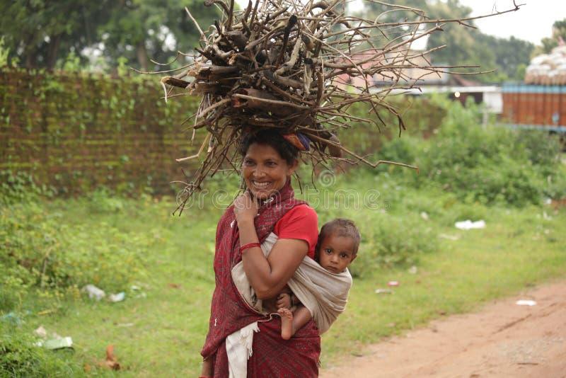 Mujer pobre feliz imagenes de archivo