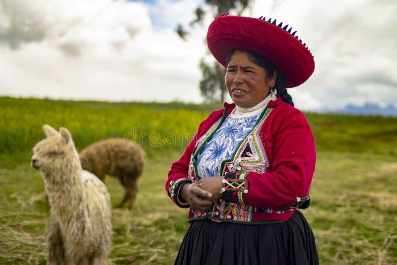 Mujer pobre peruana que sonríe con ropa tradicional del inca fotografía de archivo