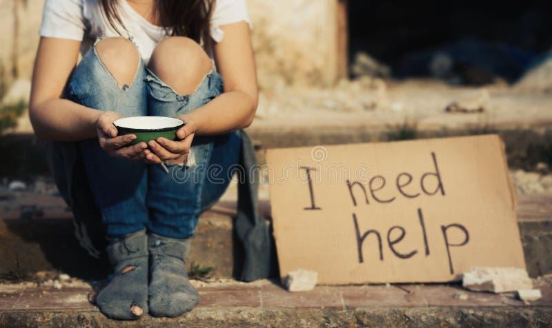 Mujer pobre que pide ayuda fotos de archivo
