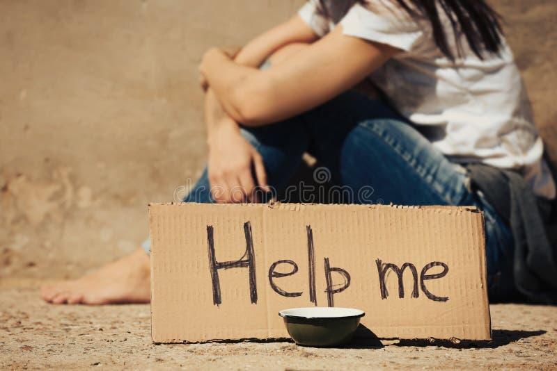 Mujer pobre que pide ayuda encendido fotografía de archivo libre de regalías