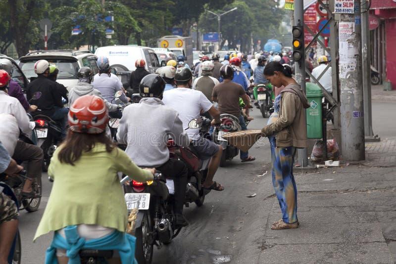 Mujer pobre que pide en la ciudad de Ho Chi Minh foto de archivo