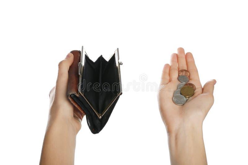 Mujer pobre que sostiene la cartera y monedas vacías imagenes de archivo