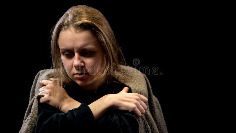 Mujer pobre trastornada cubierta con la depresión profunda sufridora combinada, asustada fotos de archivo libres de regalías