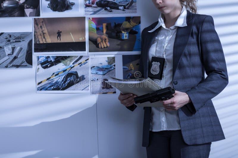 Mujer policía con la insignia y el arma foto de archivo