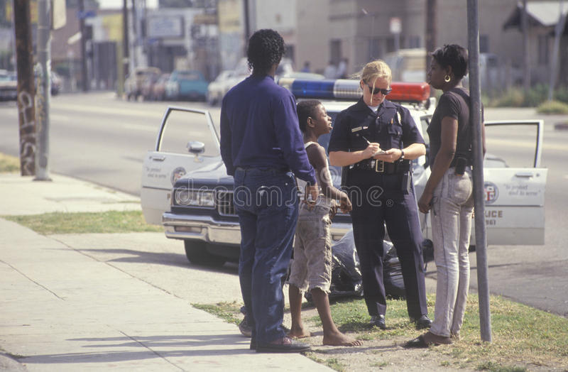 Mujer policía que toma un informe imagen de archivo