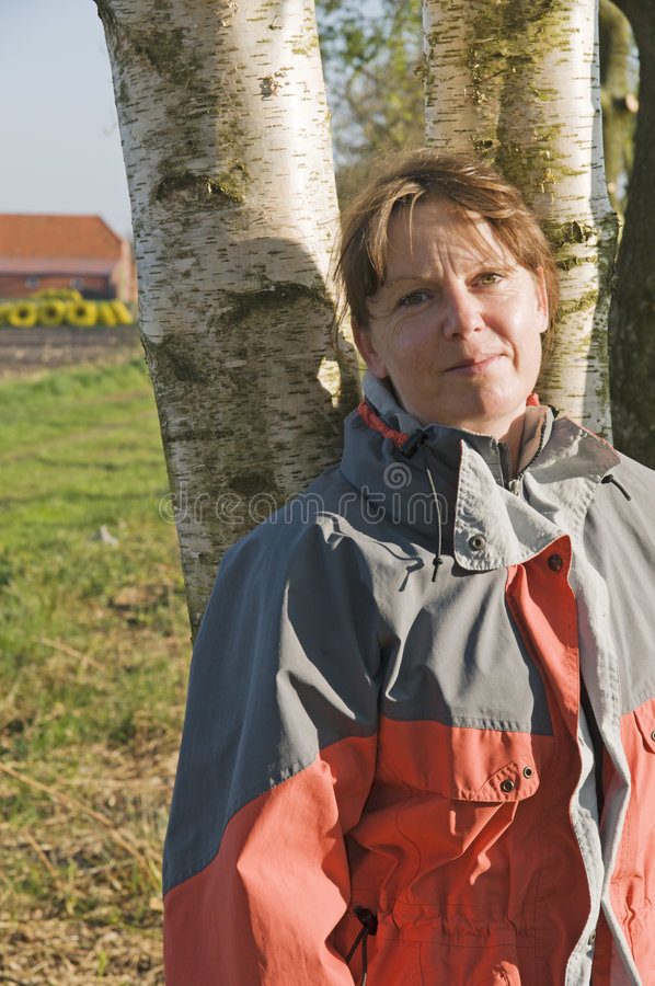 Mujer por el árbol fotos de archivo