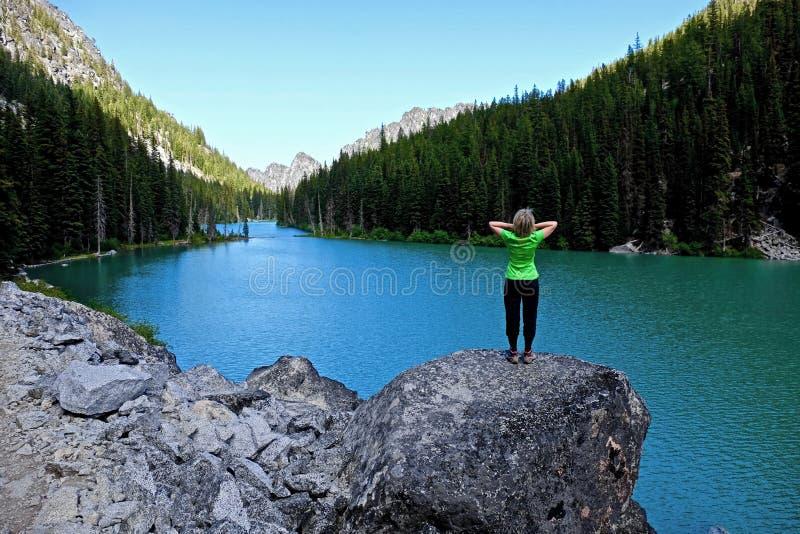 Mujer por el lago fotografía de archivo