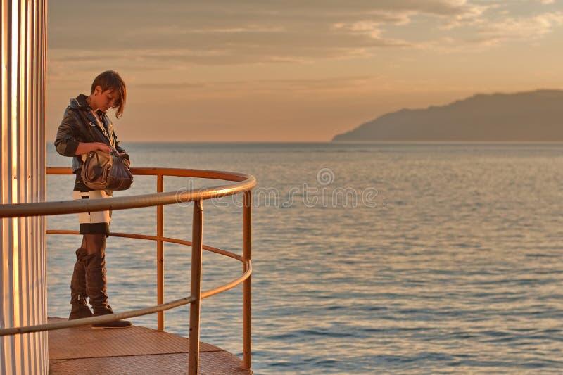 Mujer por el lago Baikal fotografía de archivo