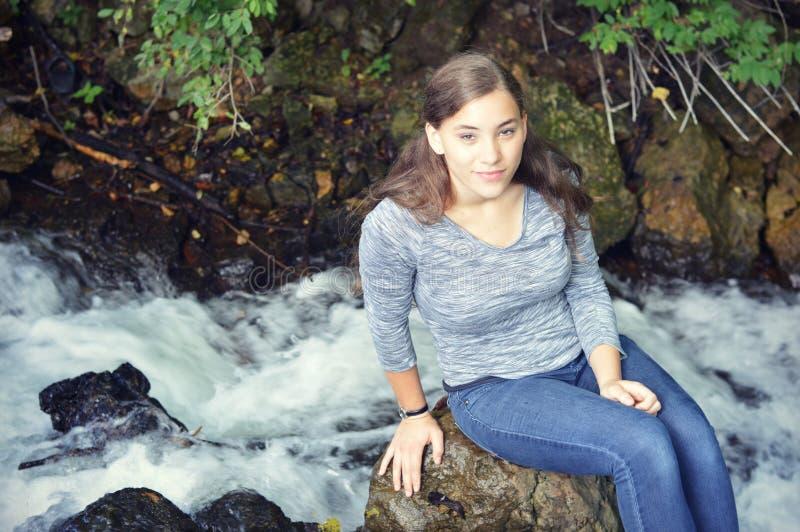 Mujer por el río imágenes de archivo libres de regalías