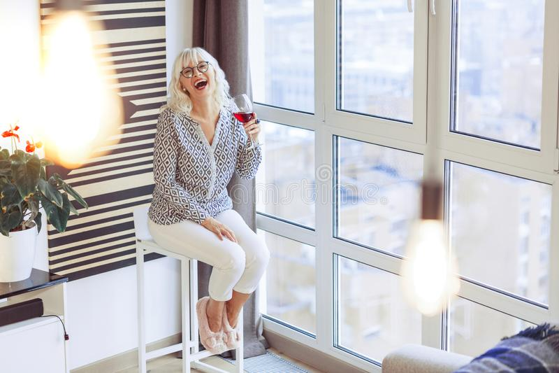 Mujer positiva feliz que tiene un gran rato imagen de archivo libre de regalías