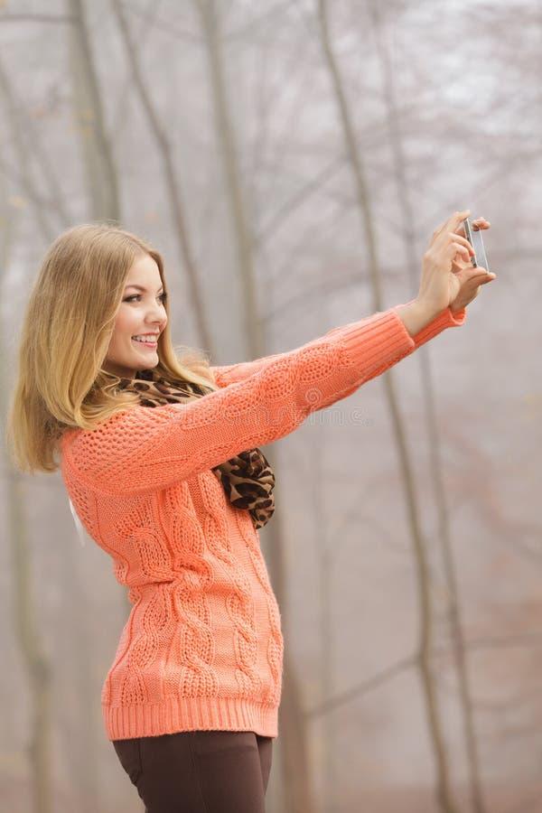 Mujer preciosa de la moda en el parque que toma la foto del selfie fotografía de archivo