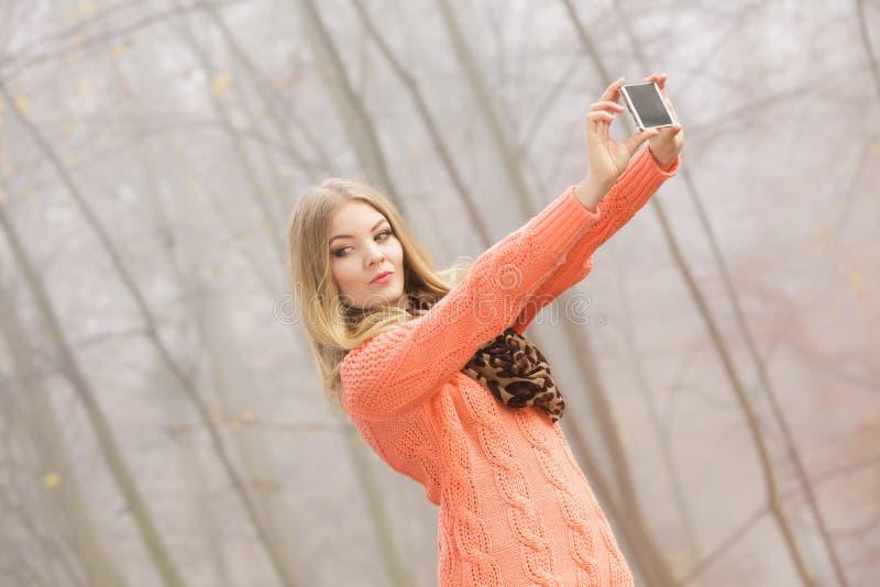 Mujer preciosa de la moda en el parque que toma la foto del selfie imagen de archivo libre de regalías