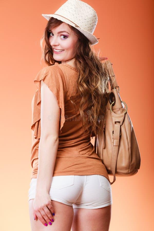 Mujer preciosa en retrato del bolso del sombrero del verano imagenes de archivo