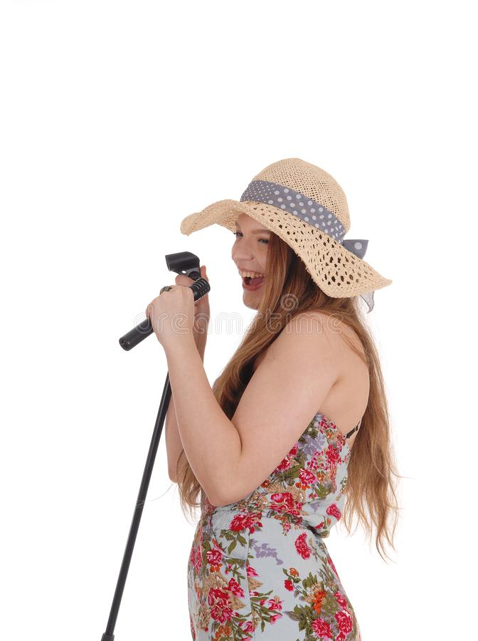 Mujer preciosa que canta en el micrófono imágenes de archivo libres de regalías