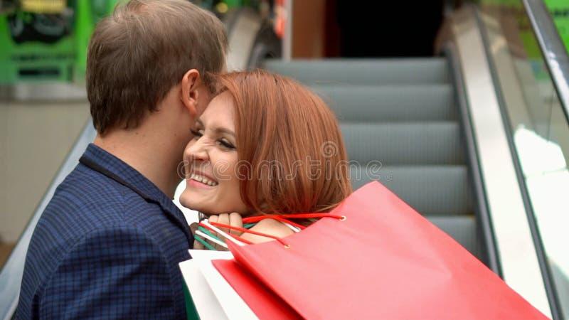 Mujer preciosa que disfruta de hacer compras en la alameda con su novio imagen de archivo