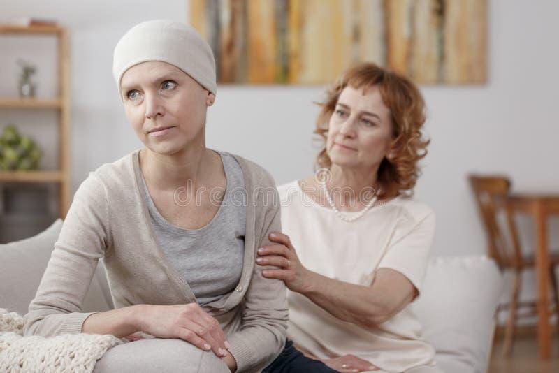 Mujer preocupante con el cáncer foto de archivo