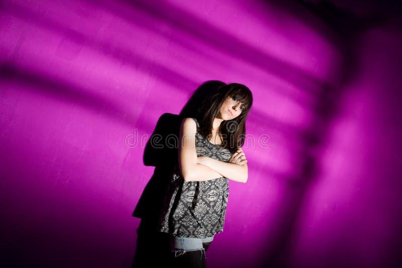 Mujer preocupante en la pared rosada fotos de archivo libres de regalías