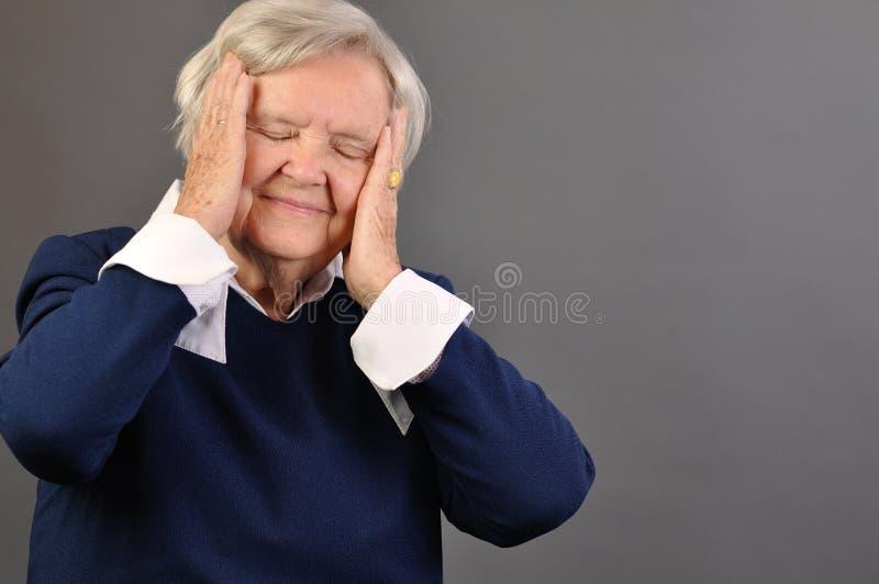 Mujer preocupante mayor. fotografía de archivo