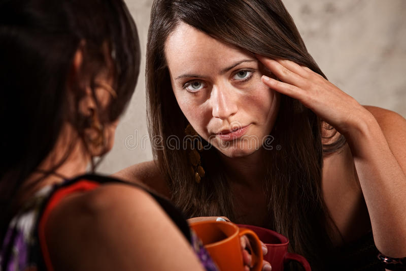 Mujer preocupante o aburrida fotos de archivo