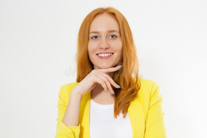 Mujer principal roja joven hermosa feliz en un espacio elegante de la copia de la chaqueta amarilla Muchacha roja atractiva del p imagen de archivo libre de regalías