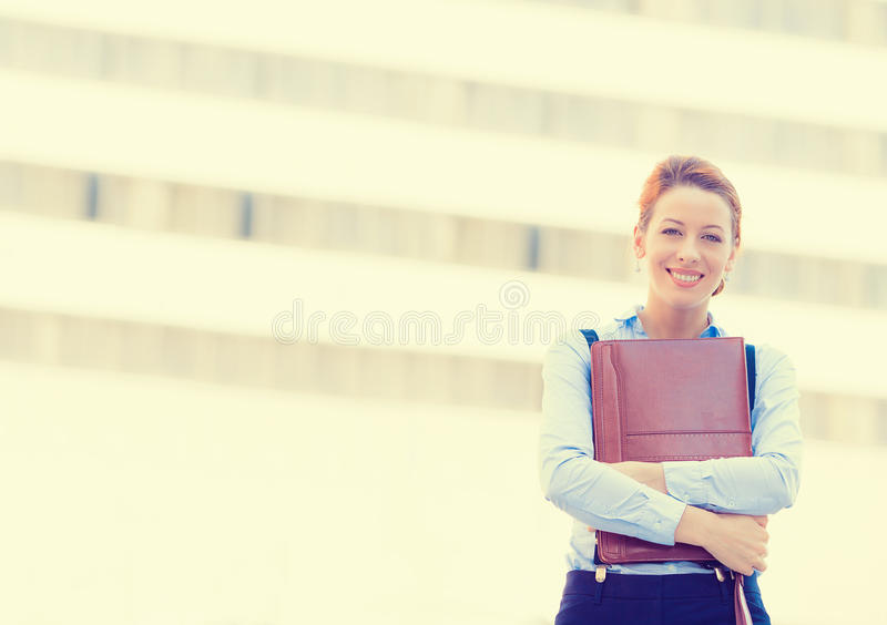 Mujer profesional bastante joven feliz sonriente confiada imagenes de archivo