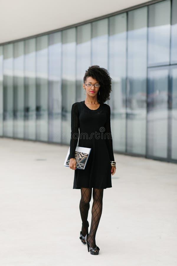 Mujer profesional del peinado afro de moda fotos de archivo libres de regalías