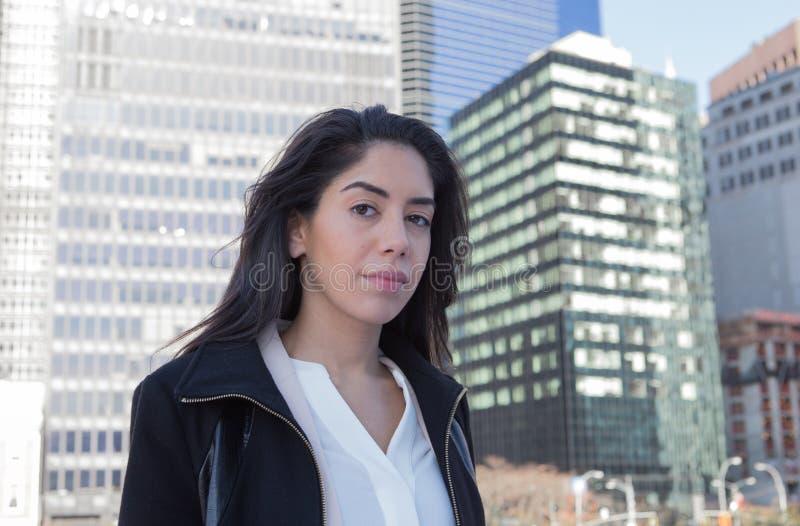 Mujer profesional latina joven en la ciudad imagenes de archivo