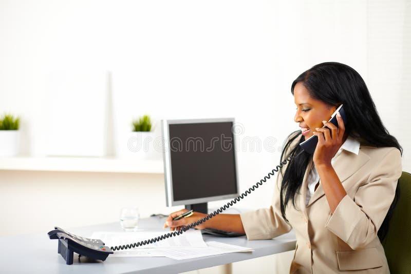 Mujer profesional que conversa en el teléfono fotos de archivo