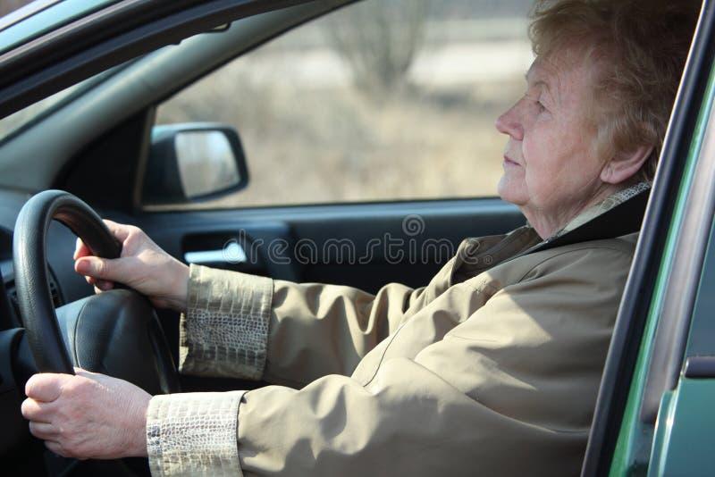 Mujer-programa piloto mayor en coche fotografía de archivo libre de regalías