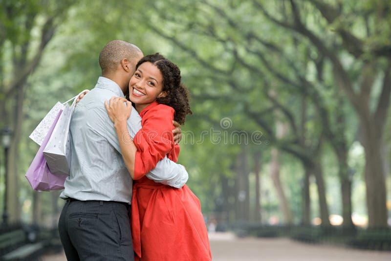 Mujer que abraza al hombre imagen de archivo