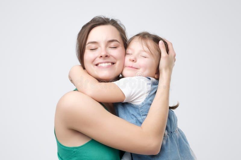 Mujer que abraza a su bebé lindo del niño imagenes de archivo