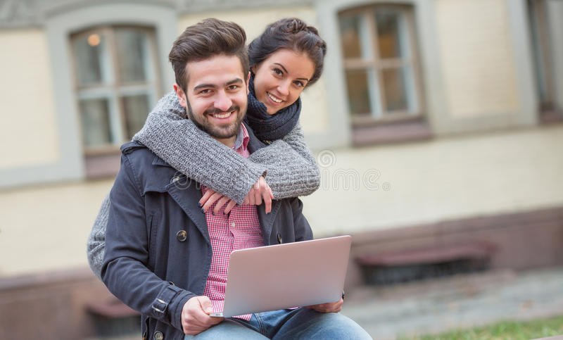 Mujer que abraza a su hombre en la ciudad fotos de archivo